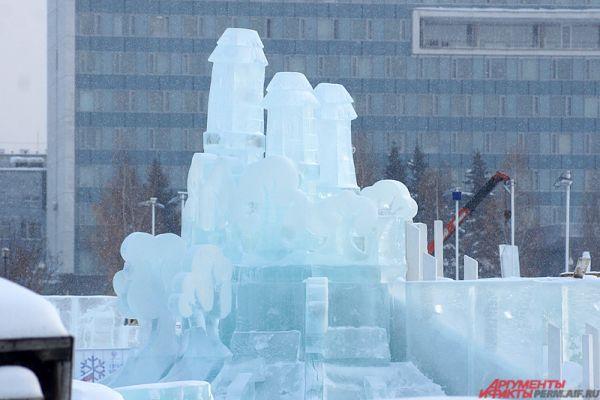 А пока строители стахановскими темпами возводят ледовые скульптуры и деревянные горки.