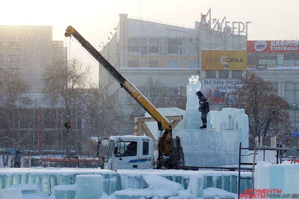 Пермский ледовый городок размещается на городской эспланаде, её площадь составляет 3,5 гектара.