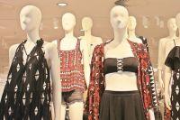 Визуально уменьшить объёмы можно с помощью одежды.