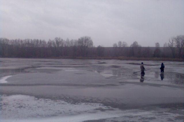 Спасатели на замерзшем водоеме