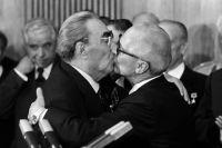 «Тройной Брежнев» - два поцелуя в щёки и контрольный - в губы. Леонид Брежнев и Эрих Хонеккер