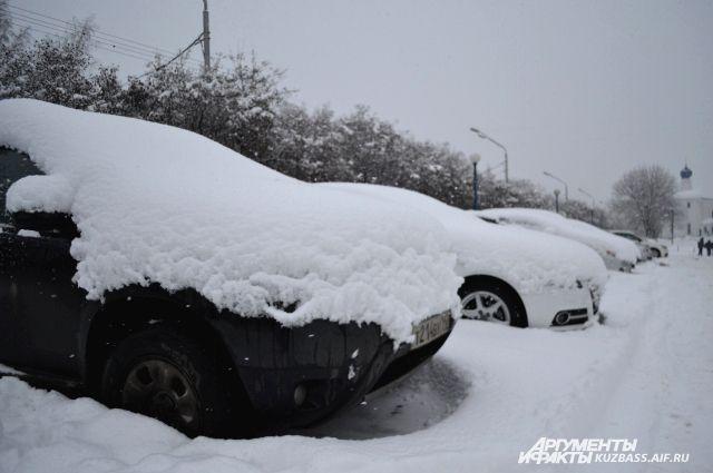 В Кузбассе должник прятал свою машину от приставов в сугробе.