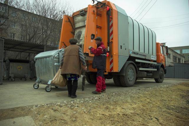 ВМагнитогорске плохо поставленную машину заблокировали мусорными баками