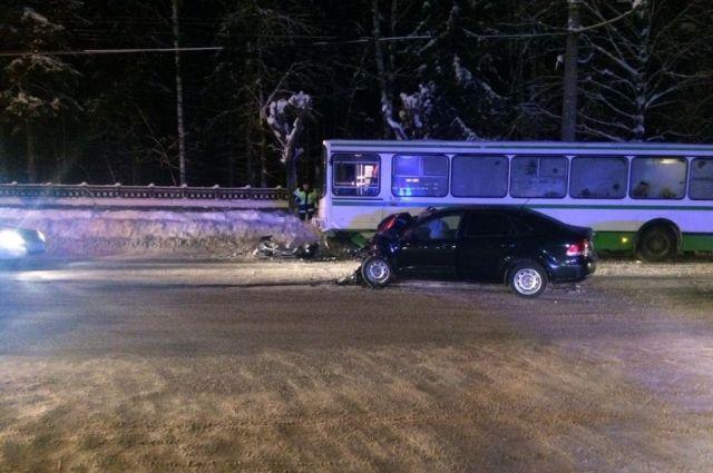 Встолкновении савтобусом у«Простора» умер шофёр VW Polo