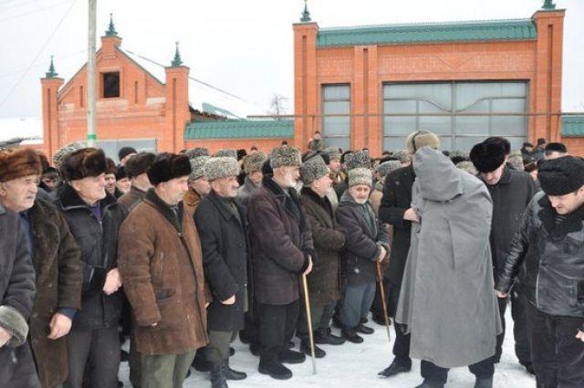 Так выглядит ритуал примирения кровников в Ингушетии сегодня. Убийца, по традиции, предстает перед представителями рода своей жертвы с закрытым лицом.