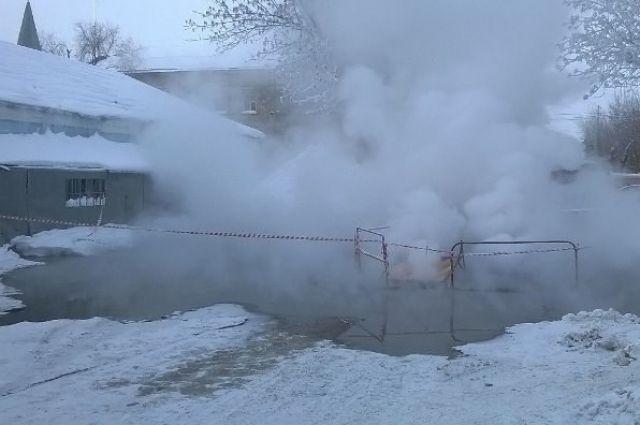 Вцентре Оренбурга прорвало теплотрассу
