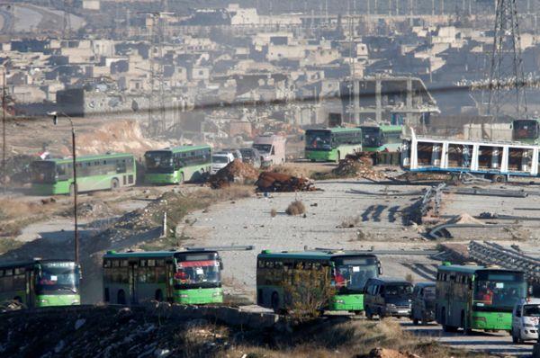 Пассажирские автобусы и машины скорой помощи с эвакуированными людьми направлялись по специальному коридору из городского квартала Салах-эд-Дин в восточном Алеппо в район Эр-Рашидин-4.