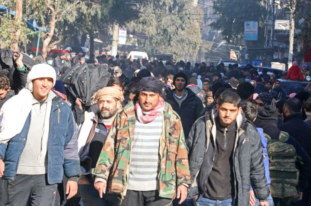 Ранее российский Центр примирения враждующих сторон в Сирии сообщил, что за первые сутки операции из восточных кварталов Алеппо выехали девять автоколонн и удалось вывезти почти 6,5 тысячи человек, в том числе три тысячи боевиков.