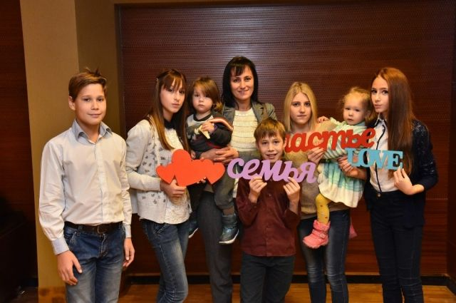 Папа фотографирует. В кадр вошли не все. Счастливая Снежана с 7 счастливыми детьми.