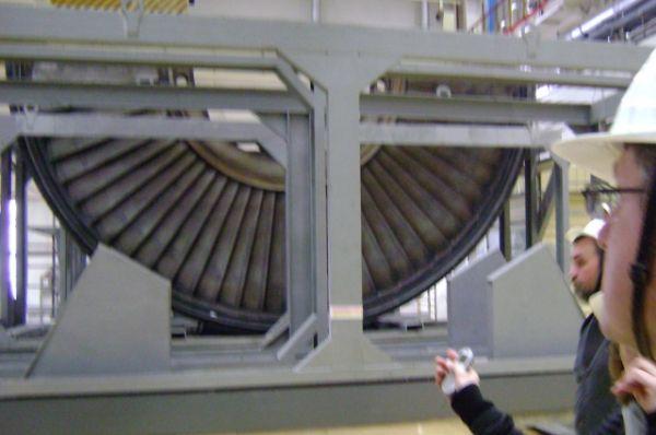 В турбинном отделении ремонтируют цилиндр низкого давления паротурбинной установки