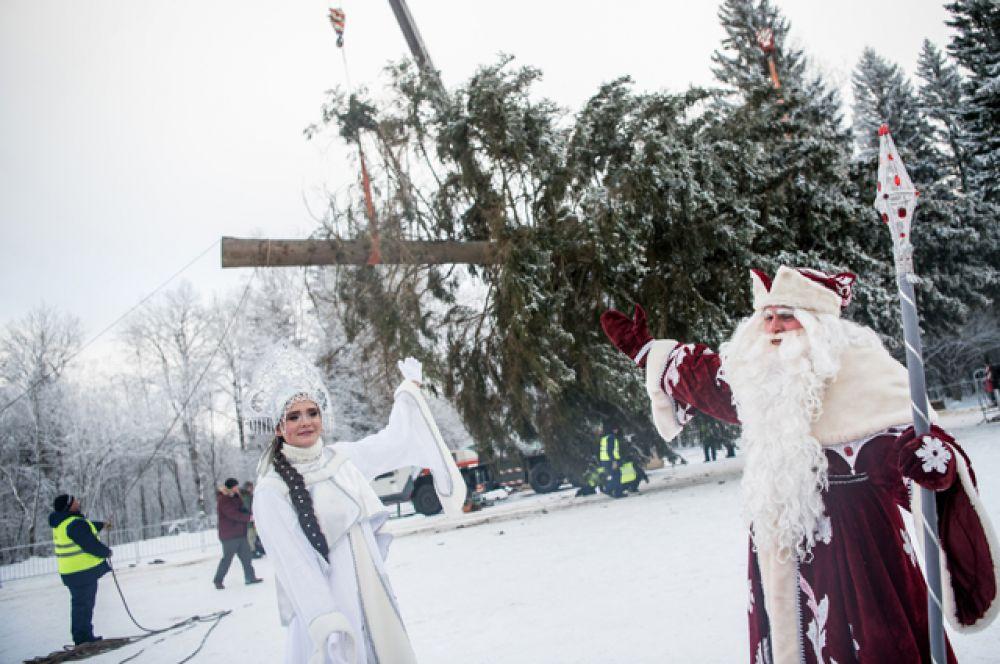Проводить елку в Москву пришли жители окрестных деревень, а также Дед Мороз со Снегурочкой.