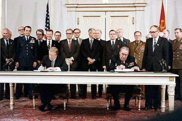Леонид Брежнев и Джимми Картер подписывают соглашение ОСВ-2. Вена, 1979 год
