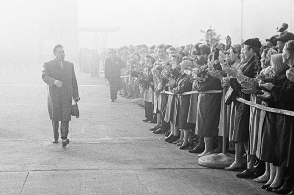Председатель Президиума Верховного Совета СССР Леонид Брежнев во время отбытия в Афганистан в аэропорту «Внуково». 1963 год