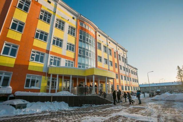 Школа-детсад находится в районе улиц Шевченко и Строителей.