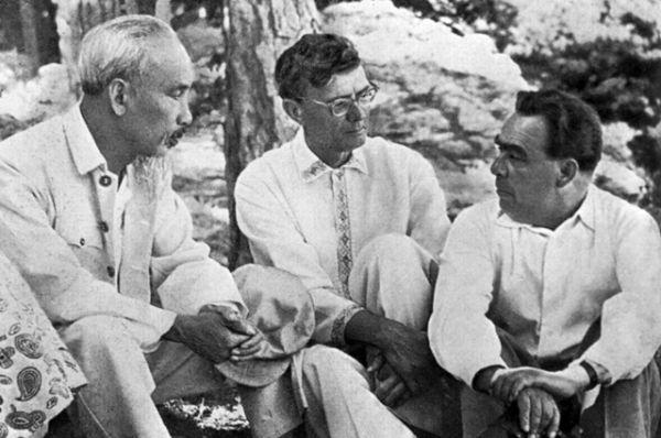 Хо Ши Мин, Михаил Суслов и Леонид Брежнев на отдыхе в Крыму. 1959 год