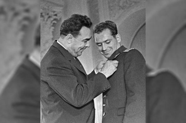 Председатель Президиума Верховного Совета СССР Леонид Ильич Брежнев вручает летчику-космонавту Герману Титову орден Ленина и Золотую звезду Героя Советского Союза. 1961 год