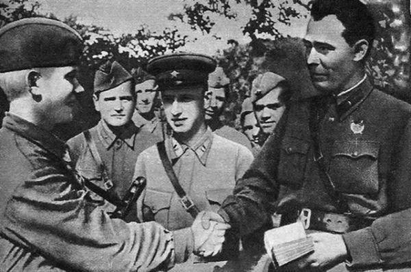 С началом Великой Отечественной войны принимает участие в мобилизации населения в Красную Армию, занимается эвакуацией промышленности. Затем проходит службу на политических должностях в действующей армии. На фото: Бригадный комиссар Брежнев вручает партбилет бойцу. 1942 год