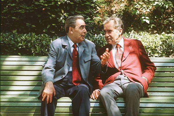 Генеральный секретарь ЦК КПСС Леонид Ильич Брежнев и президент США Ричард Никсон, находящийся с официальным визитом в СССР, в перерыве между переговорами в резиденции советского лидера в Крыму - в поселке Ореанда близ Ялты. 1974 год