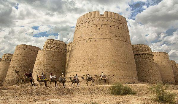 Фото со всадниками на верблюдах на фоне форта Даравар в Пакистане заняло 10-е место