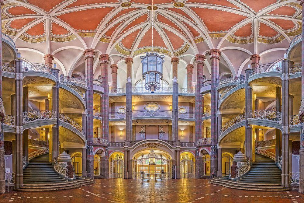 Первое место - вестибюль и воздушные ступеньки местного суда в Берлине
