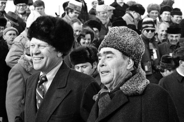Президент США Джеральд Форд и Генеральный секретарь ЦК КПСС Леонид Ильич Брежнев во Владивостокском аэропорту, 1974 год