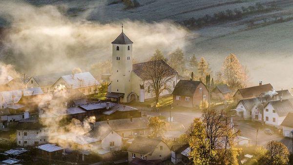 Девятое место у церкви святого Лаврентия в Словакии. Туман на фото отлично вписался и все это представляется древним и ветхим