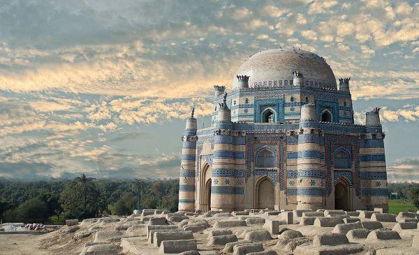 На восьмом месте - мавзолей Биби Джавинди, который находится в Пакистане