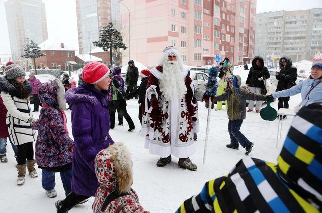 Ребята, не смотря на морозную погоду, пели и танцевали с Дедом Морозом, Снегурочкой и пушистой Ёлочкой