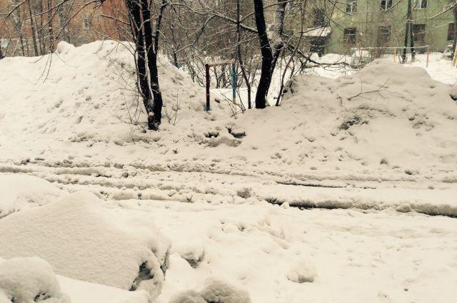 Автомобиль въехал в снежный навал