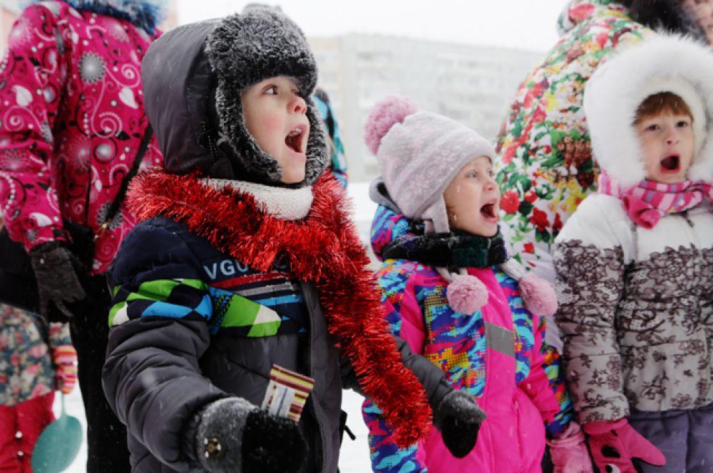 Много маленьких зрителей собралось на празднике Нового года