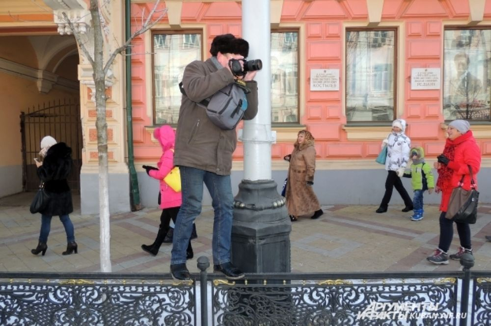 Чтобы сделать хорошие фотографии, многие горожане взбирались на заборы.
