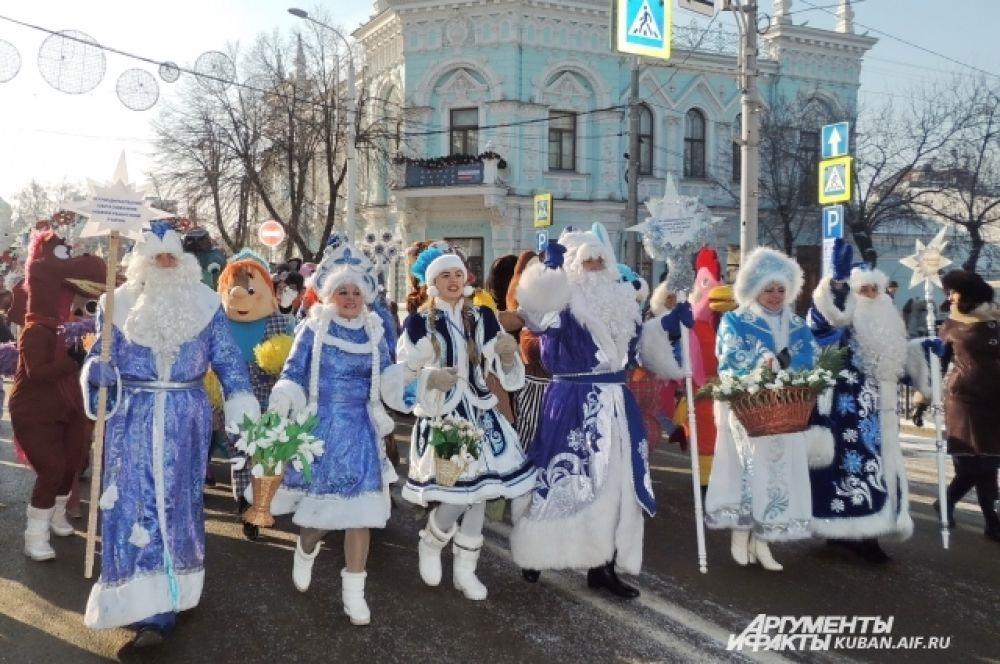 Участники праздника несли таблички с названиями муниципальных образований края, из которых они приехали.
