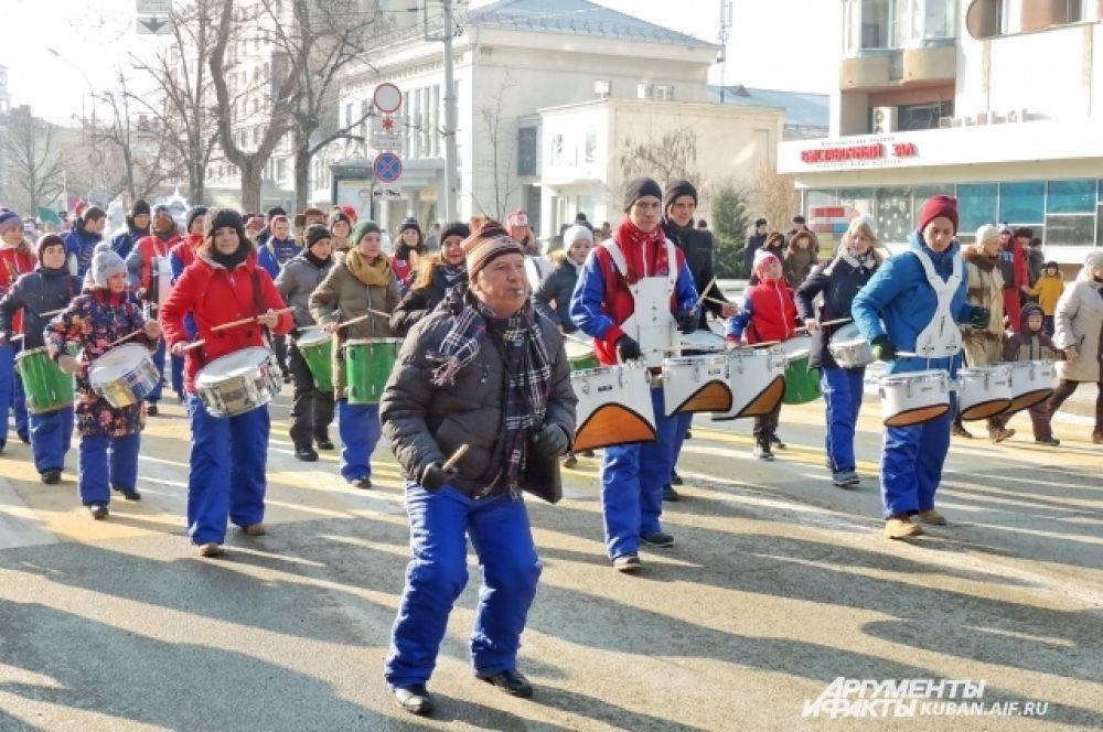 В шествии принял участие оркестр духовых и ударных инструментов «Юнга» из Новороссийска.