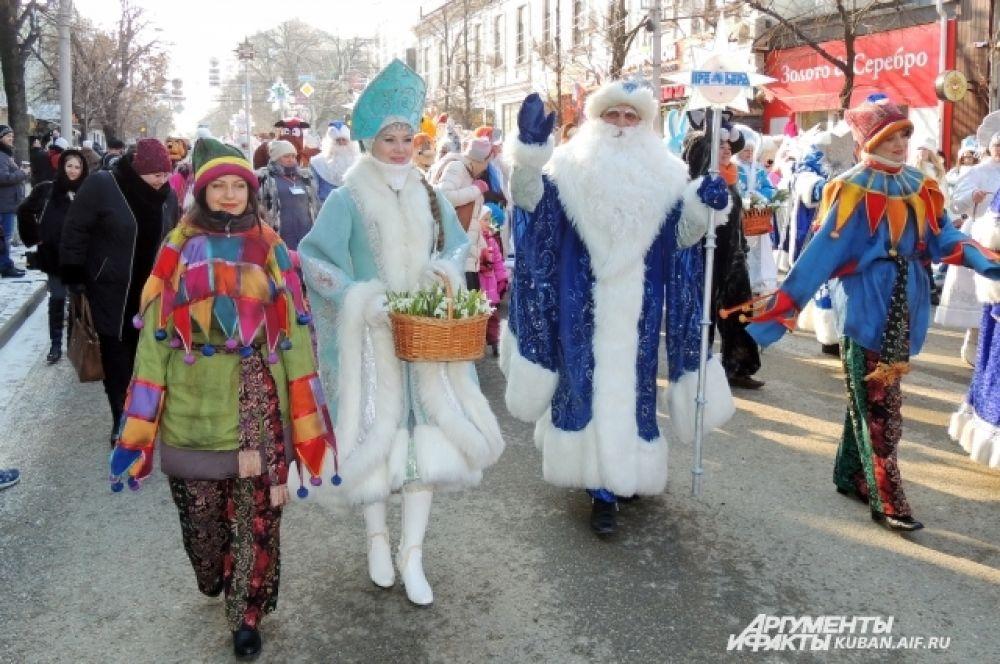 Деды Морозы и Снегурочки приветствовали всех, кого встречали на пути.
