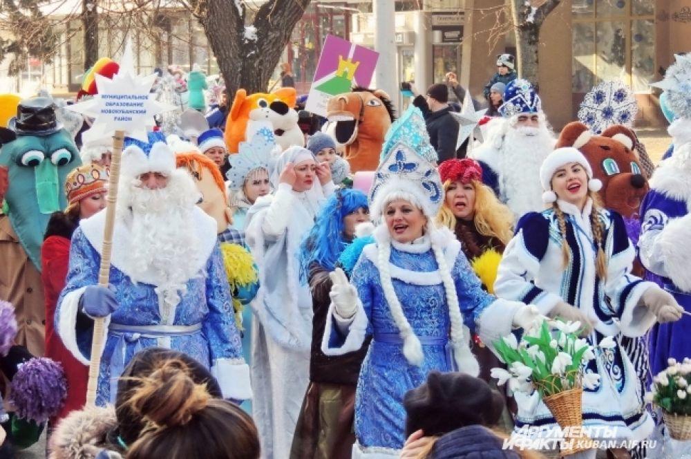Участники шествия финишировали на Театральной площади, где их встречали сотни горожан.
