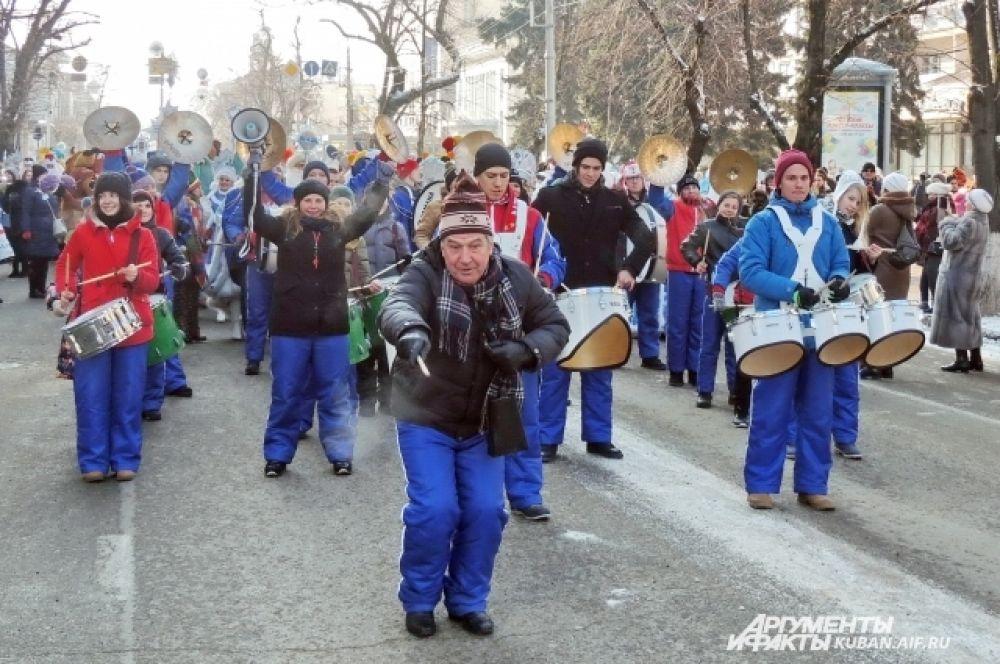 Дирижер музыкального коллектива «Юнга» Павел Мараров задавал ритм не только при помощи палочки, но всем телом.