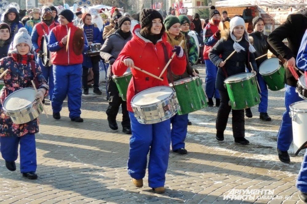 Атмосферу праздника обеспечивали и барабанщицы.
