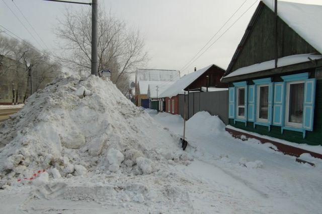Анна Золотарева прислала в редакцию фотографию снежной кучи, которую создали коммунальщики. Оренбурженке самой пришлось расчищать дорогу к воротам дома.