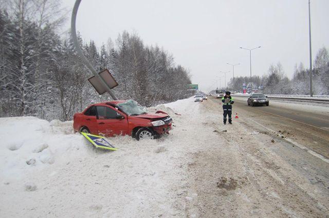 ВКирове шофёр «Лады» врезался встолб напешеходном переходе