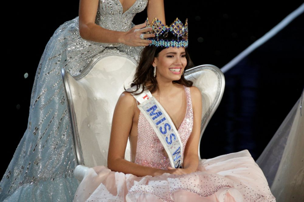Корону девушка получила из рук победительницы прошлого года испанки Мирейи Лалагуны.