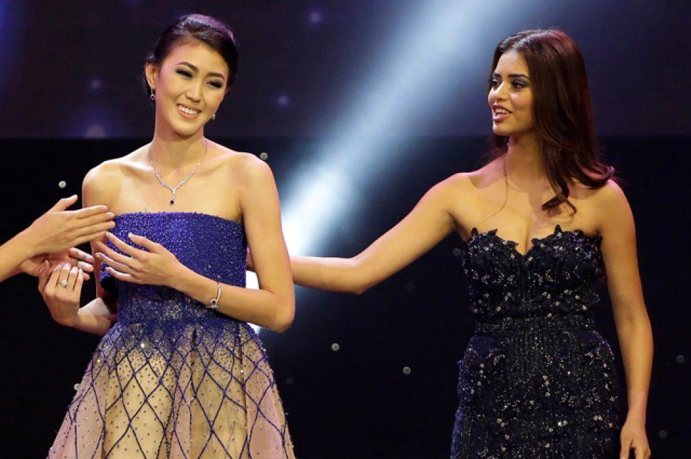 Второй вице-Мисс — представительница Индонезии (на фото слева).
