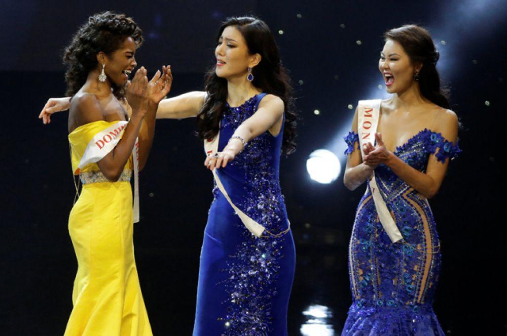 Девушки поздравляют участницу из Доминиканской Республики с титулом первой вице-мисс.