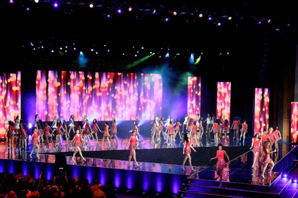 Открывали «Мисс Мира» танцем конкурсанток. Под песню Fifth Harmony – «That's My Girl» красавицы исполнили простой, но зажигательный танец.
