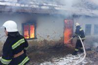 Сотрудники ГосЧс тушат пожар