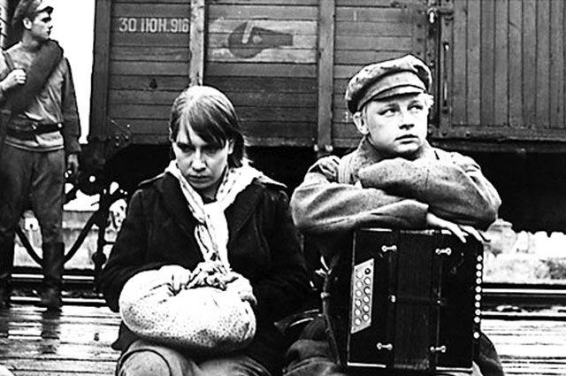 Роль Тани Тёткиной в фильме «В огне брода нет» стала первой серьёзной работой в кино для молодой и малоизвестной тогда Инны Чуриковой.