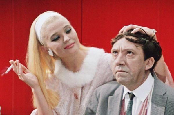 Кинороман из жизни контрабандистов с прологом и эпилогом «Бриллиантовая рука» (1968). Рейтинг IMDb: 8.60