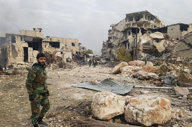 Солдат в освобожденном квартале восточного Алеппо в Сирии.