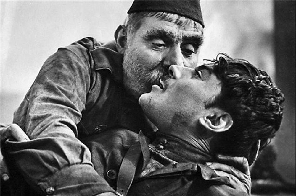 «Отец солдата» (1965) —художественный фильм, поставленный в 1964 году режиссёром Резо Чхеидзе, о старом крестьянине из Грузии, который едет повидаться с раненым сыном, находящимся в госпитале. Рейтинг IMDb: 8.80