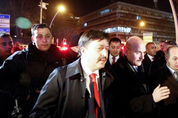 Министр внутренних дел Турции Сулейман Сойлу на месте убийства.