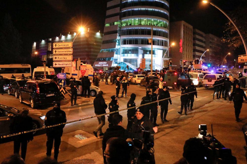 Турецкая полиция на месте убийства Андрея Карлова.
